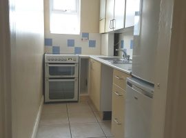 TO LET - Top floor flat - 2 bedrooms.